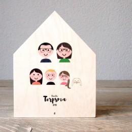 Familieportret op houten huisje